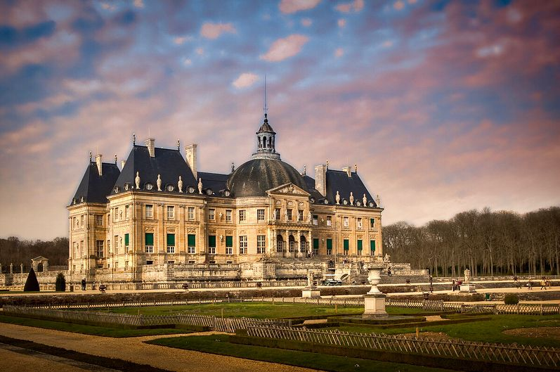 Chateau Vaux Le Vicomte Crated By Nicolas Fouquet A Visionary Genius Of His Time That Recruited Master Artist Like Louis Le Chateau Day Trip From Paris Castle