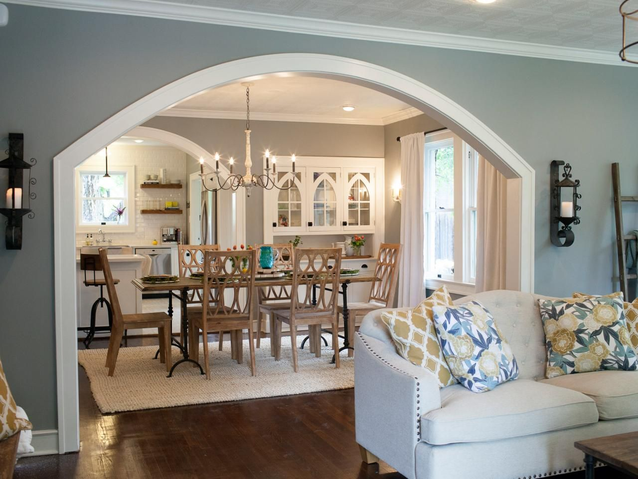 Photos hgtv 39 s fixer upper with chip and joanna gaines for Designs of arches in living room