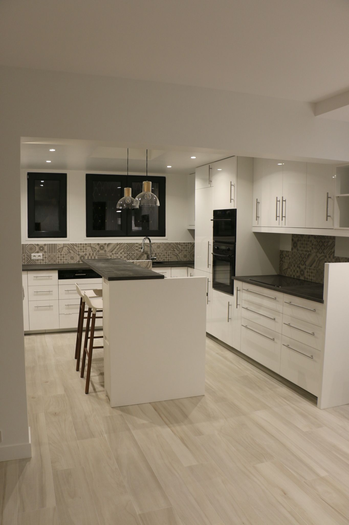 cuisine blanche plan de travail gris effet bton sol carrelage imitation plancher clair