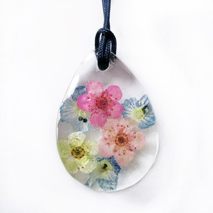 Pendentif floral en résine et fleurs naturelles