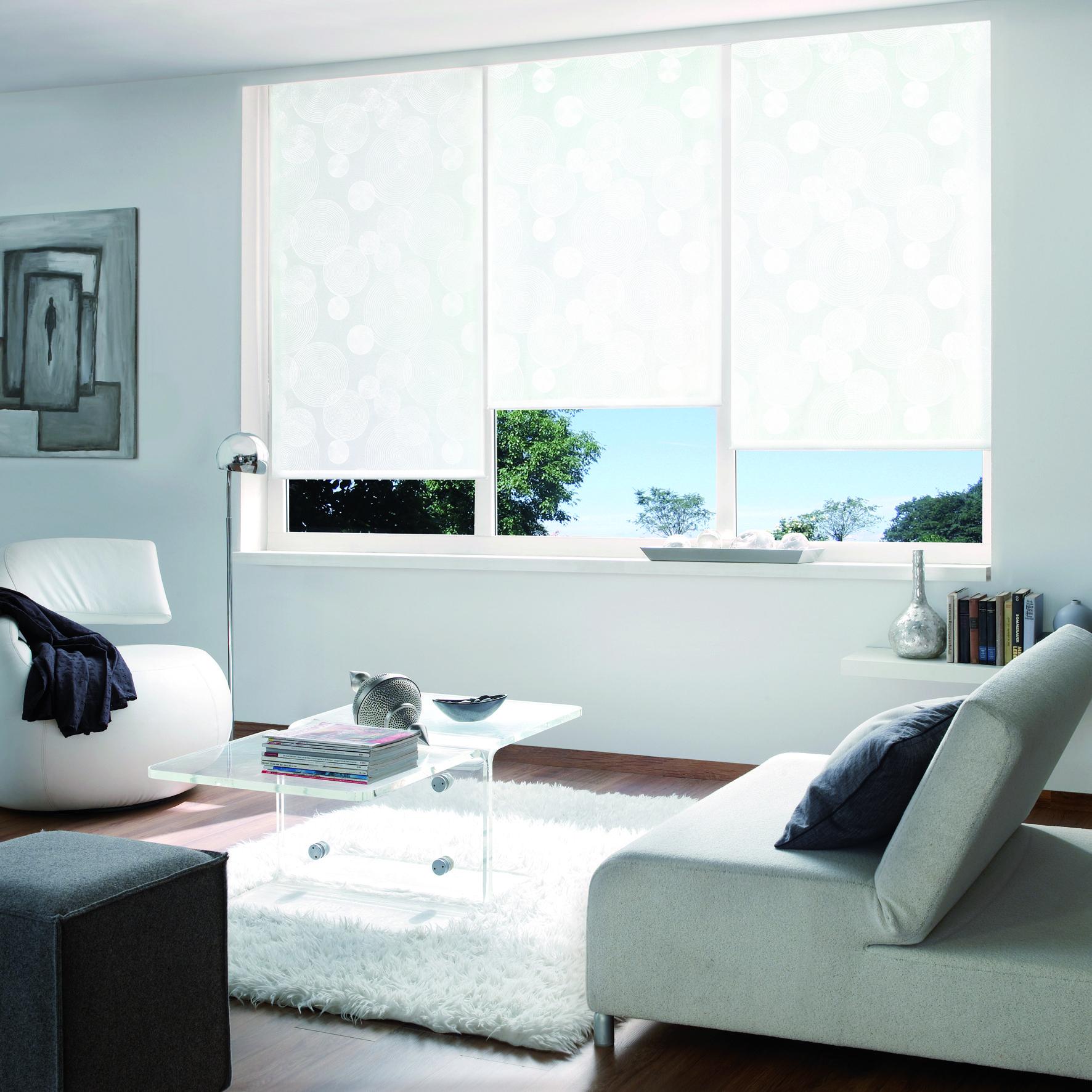Ein Rollo Sorgt Fur Einen Angenehmen Modernen Sonnenschutz Designorientierte Oberflachen Bei Raumg Deko Wohnzimmer Modern Dekoideen Wohnzimmer Raumgestaltung