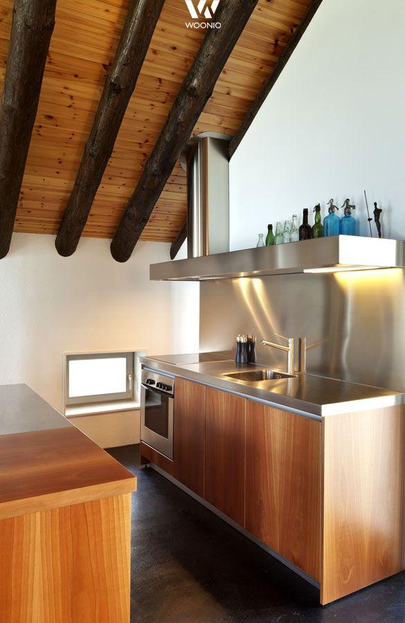 Edelstahl und Holz lassen sich kombinieren wie diese kleine Küche ...