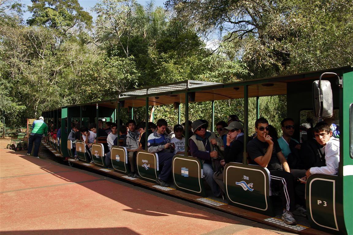 El Tren Ecológico de la Selva se diseñó y construyó para el desplazamiento de los turistas en el Área Cataratas del Parque Nacional Iguazú.