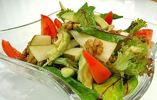 Avokado-pähkinäsalaatti on gluteeniton, laktoositon ja kananmunaton, mutta silti täynnä makua.