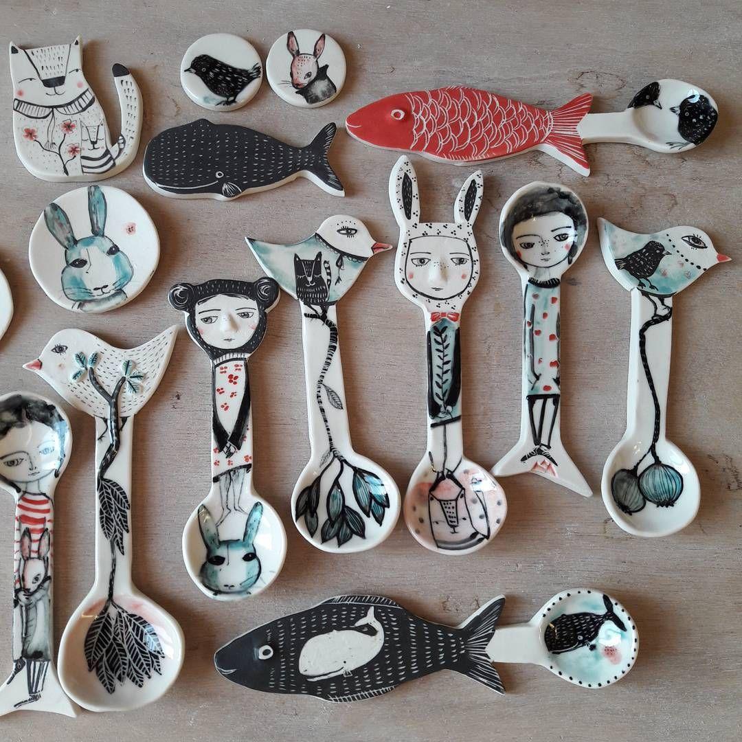 Je montre peu mes piéces après cuisson , souvent vite emballées pour les expos et marchés , je viens de retrouver cette photo ...Aussi pour mes prochaines cuillères je ferai une petite vente en ligne en janvier,  j'en parlerai ici ... i don't often take time to show how my work turns after fired but like few people ask me for my spoons , i just find this pic .  for my next spoons i 'll organise a sale in january #porcelain #spoons # drawing #studiolife #ceramic # potterlife