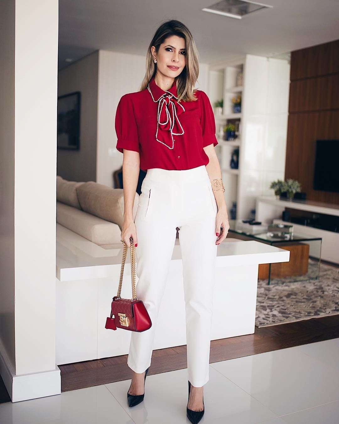 9436997dc5ebc3 Esta camisa vermelha é simplesmente perfeita ❤ Bordada em pérolas na gola e  laço! A calça também é diva, tudo da nova coleção da…