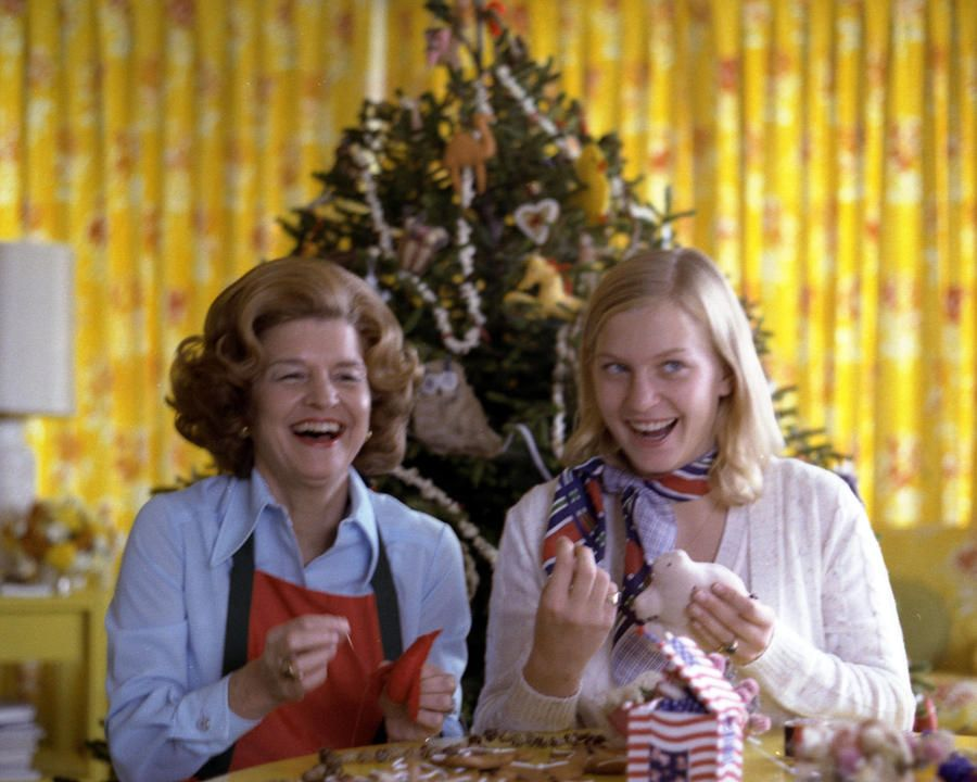 Christmas at the White Hous * First Lady Betty Ford makes Homemade Ornaments with Daughter Susan during a Photo-op in the WHite House Solarium. *November 10 1975 * Photo by Karl Schumacher/Courtesy the Everett Collection A7235-08