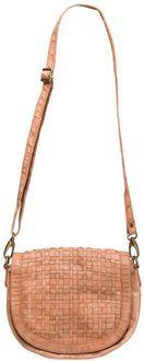 Style Nelly. Medium størrelse taske i lækkert skind med justerbar rem og indvendigt og udvendigt rum med lynlås. Tasken åbnes via en flot flettet yderflap. Magasin.dk - Køb online'