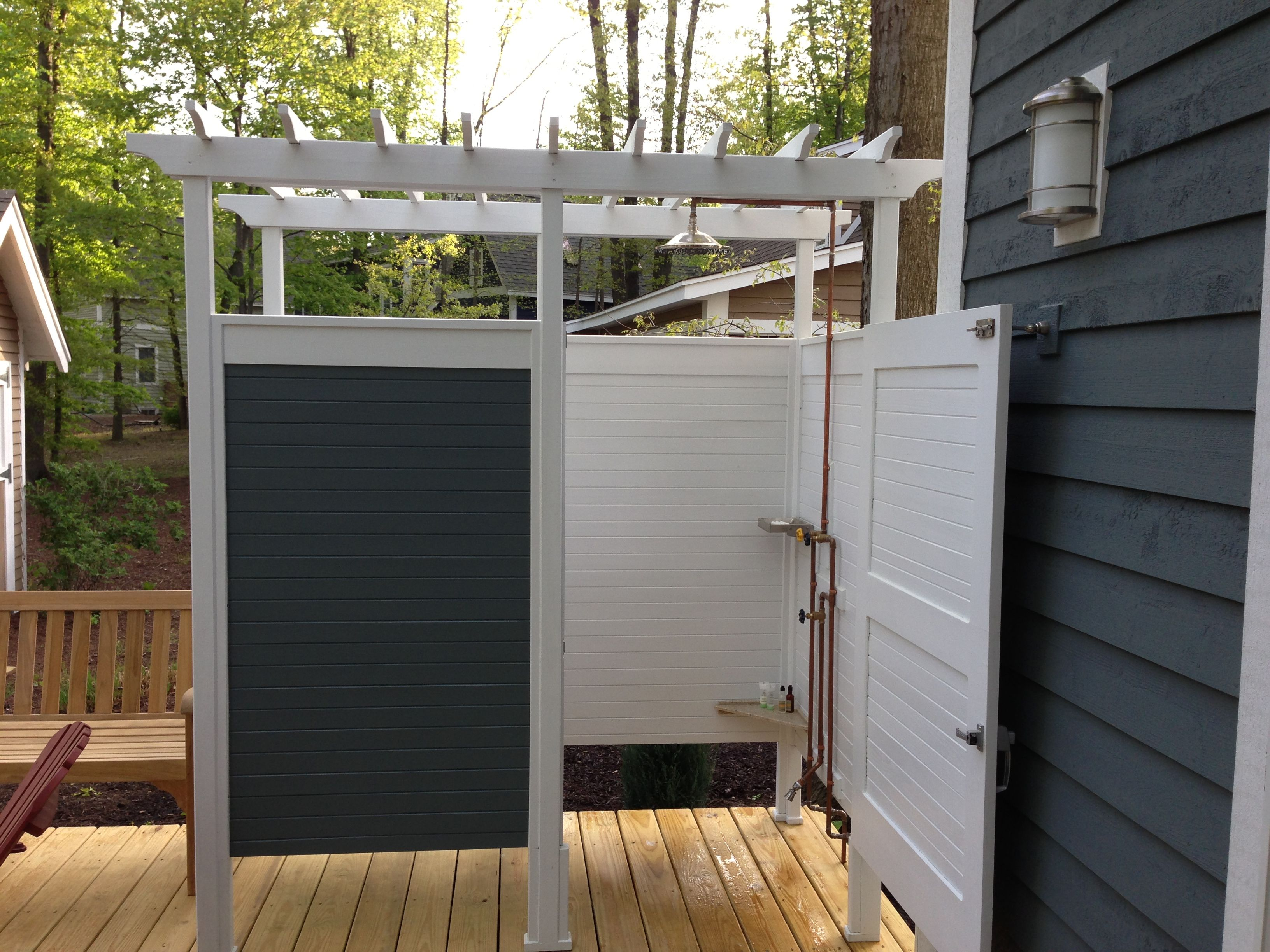 Awesome outdoor shower with pergola stuff our dad for Lake cottage bathroom ideas