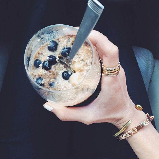 1/4 cup quick oats, 1/2 cup of almond milk, 1/2 a banana, a pinch of cinnamon , 4-5 drops of vanilla extract, chia seeds, and a handful of berries! Mix it all together, Leave it in the fridge the night before , and in the AM u have a yummy nutrious breakfast waiting for u!