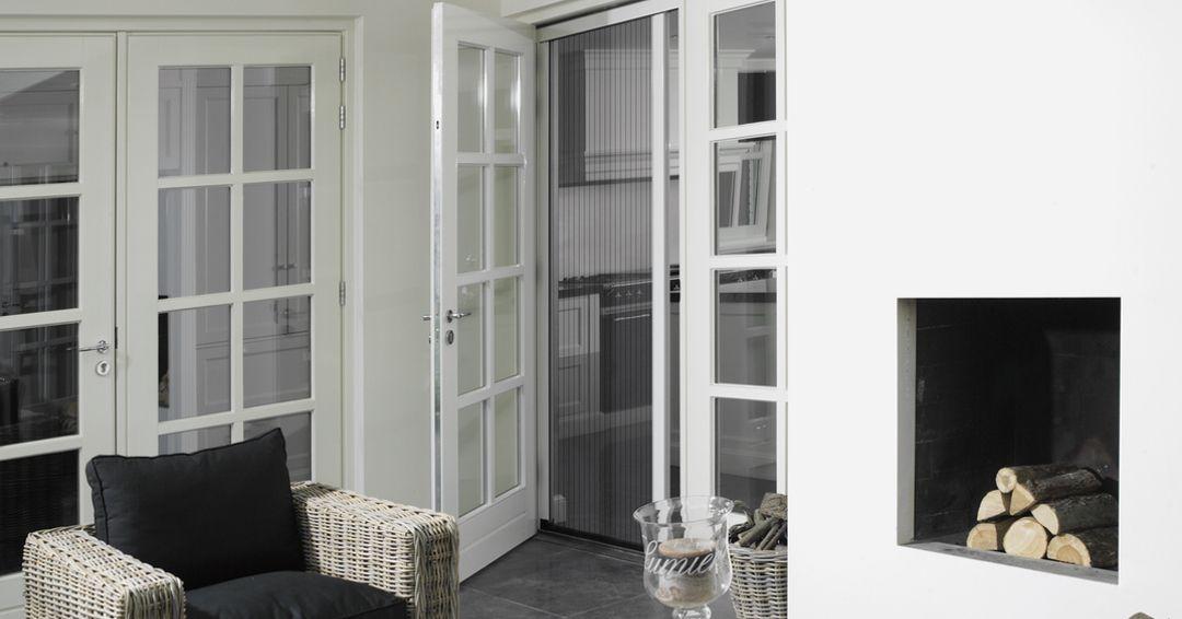 Gaas Het Interieur : Een plisséhordeur heeft gaas dat gevouwen wordt. bij een rolhordeur