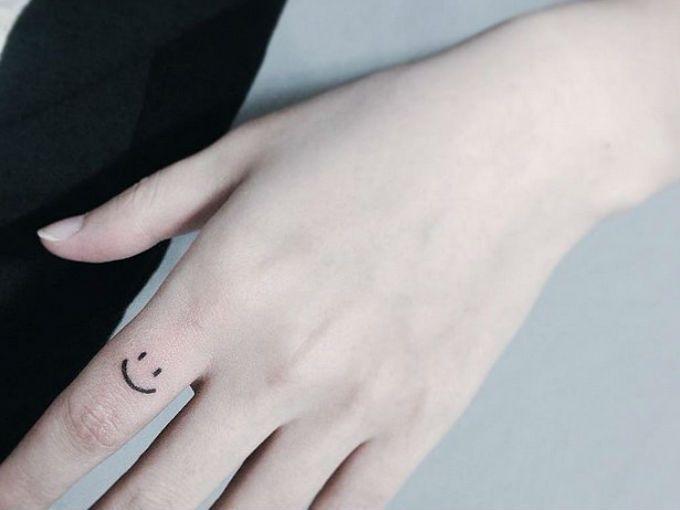 10 Delicados Tatuajes Que Vas A Querer Hacerte En Los Dedos Fotos Tatuajes En La Cara Tatuajes En Los Dedos Pequenos Tatuajes De Dedo