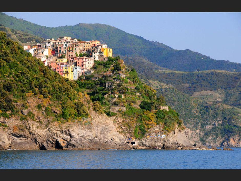 Corniglia es el más pequeño de los cinco pueblos de Cinque Terre. Se diferencia del resto en que es el único que no se conecta directamente con el mar, sino que se sitúa sobre un promontorio; para acceder a Corniglia hay que descender un escalinata, Lardina. Además Corniglia está unida a Vernazza por un paseo a medio camino entre el mar y la montaña.