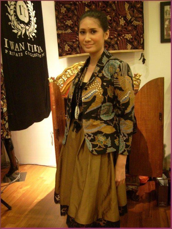 Model Baju Batik Kombinasi Kain Polos Untuk Wanita Pola Batik