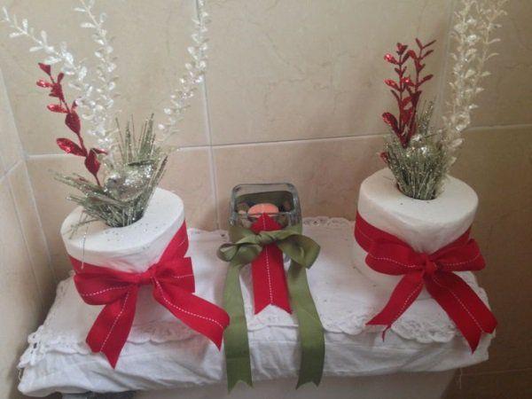 Decoración navideña del baño con papel higiénico