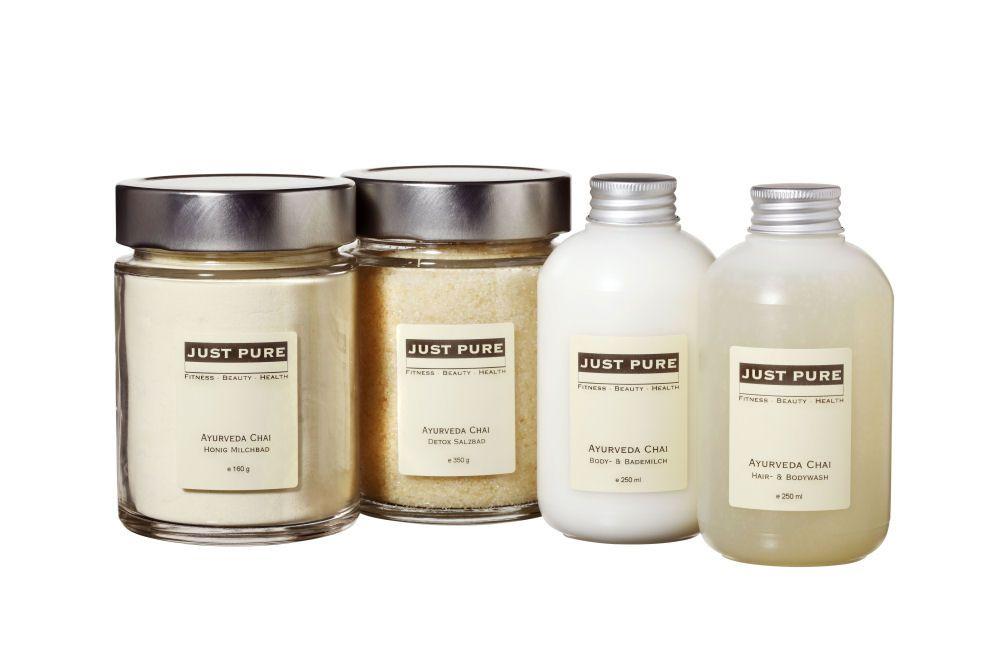 AYURVEDA CHAI Körperpflege Intensiv duftend, würzig frische Körperprodukte mit kaltgepresstem Sesamöl aus kbA und einer typisch ayurvedischen Duftmischung von Kardamom, Ingwer, Lime, Anis und einer Prise Zimt.  Spendet der Haut nachhaltig Feuchtigkeit und rückfettende Wirkstoffe!  Tipp aus der JUST PURE Spa Kabine: mischen Sie 3 EL der Body & Bademilch mit 2-3 EL Hair & Bodywash und fertig ist die nährende, ausgleichende Ayurveda Verwöhn Creme Dusche!  Duft: würzig, frisch, rein