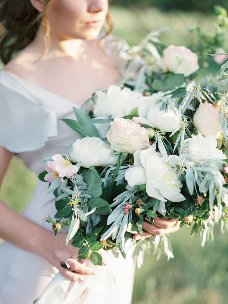 Gorgeous bridal bouquet | Neutral Bridal Inspiration Shoot  | fabmood.com #bridal #styledshoot