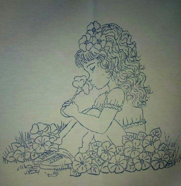 Niña sentada en flores