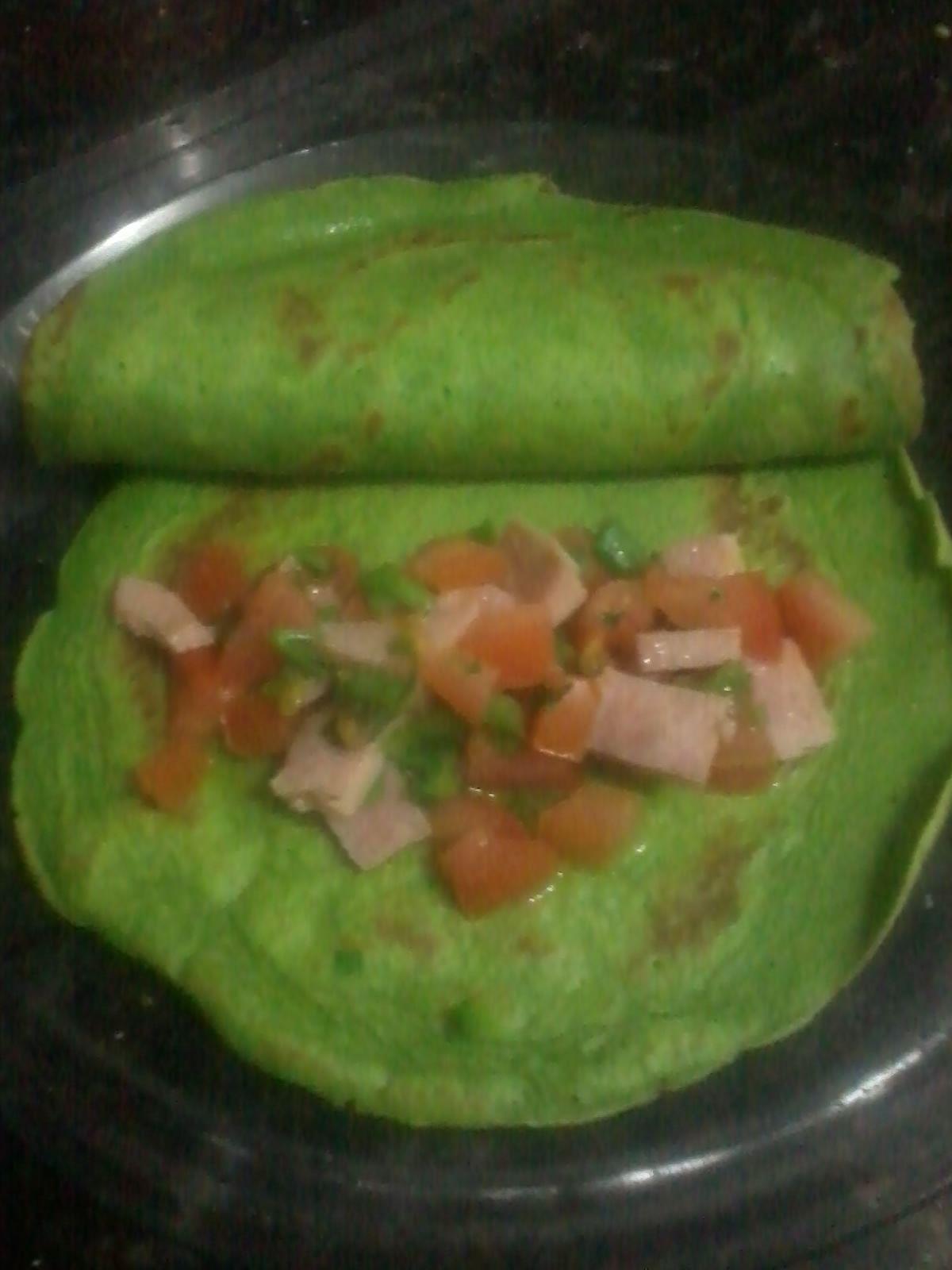 Panqueca do Hulk ---> Massa: 1 ovo; 1 copo de leite; 2 colheres de azeite; trigo; folhas de couve; sal; bate no liquidificador.
