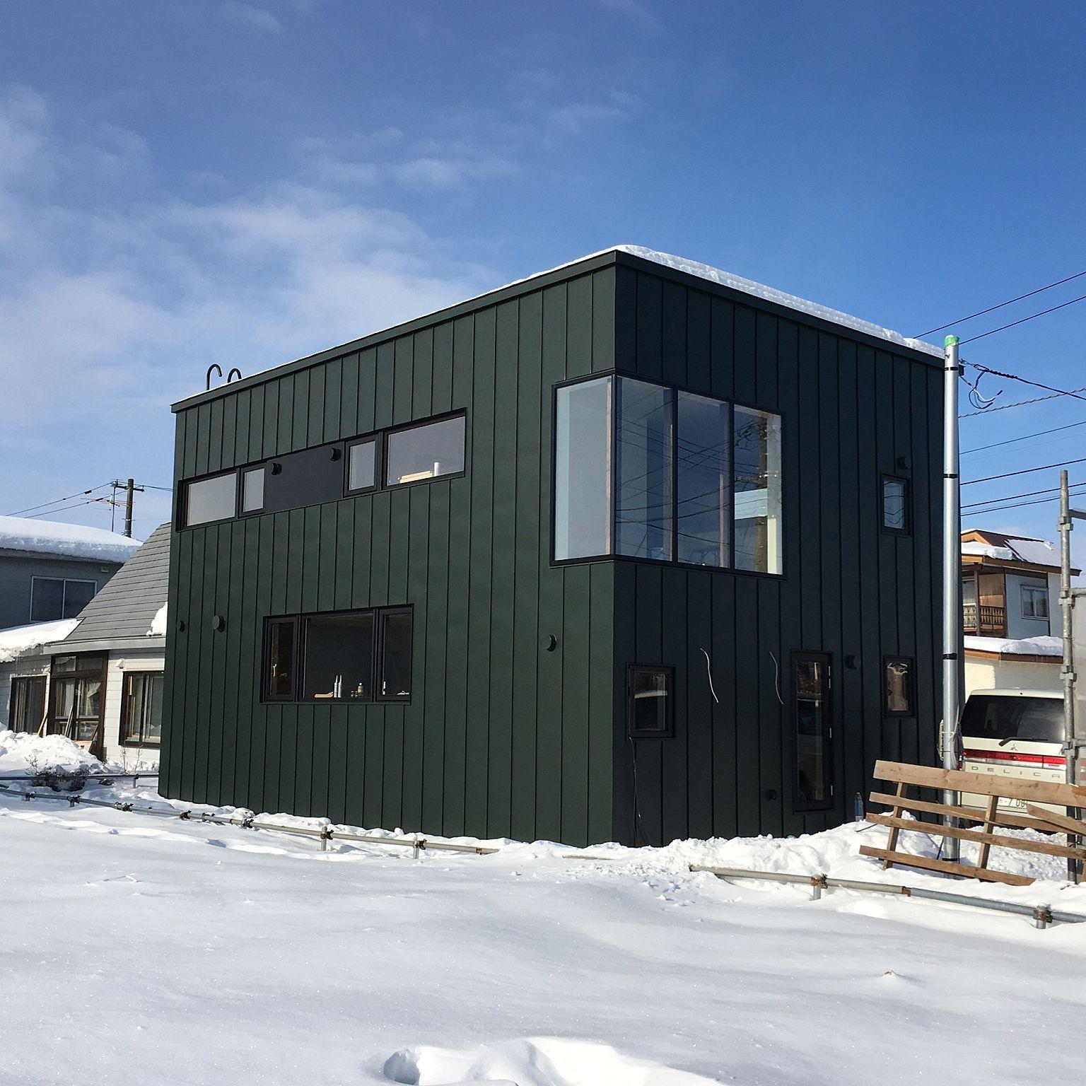 部屋全体 倉庫みたいな家 大きい窓 南東からの景色 ガルバリウム鋼板
