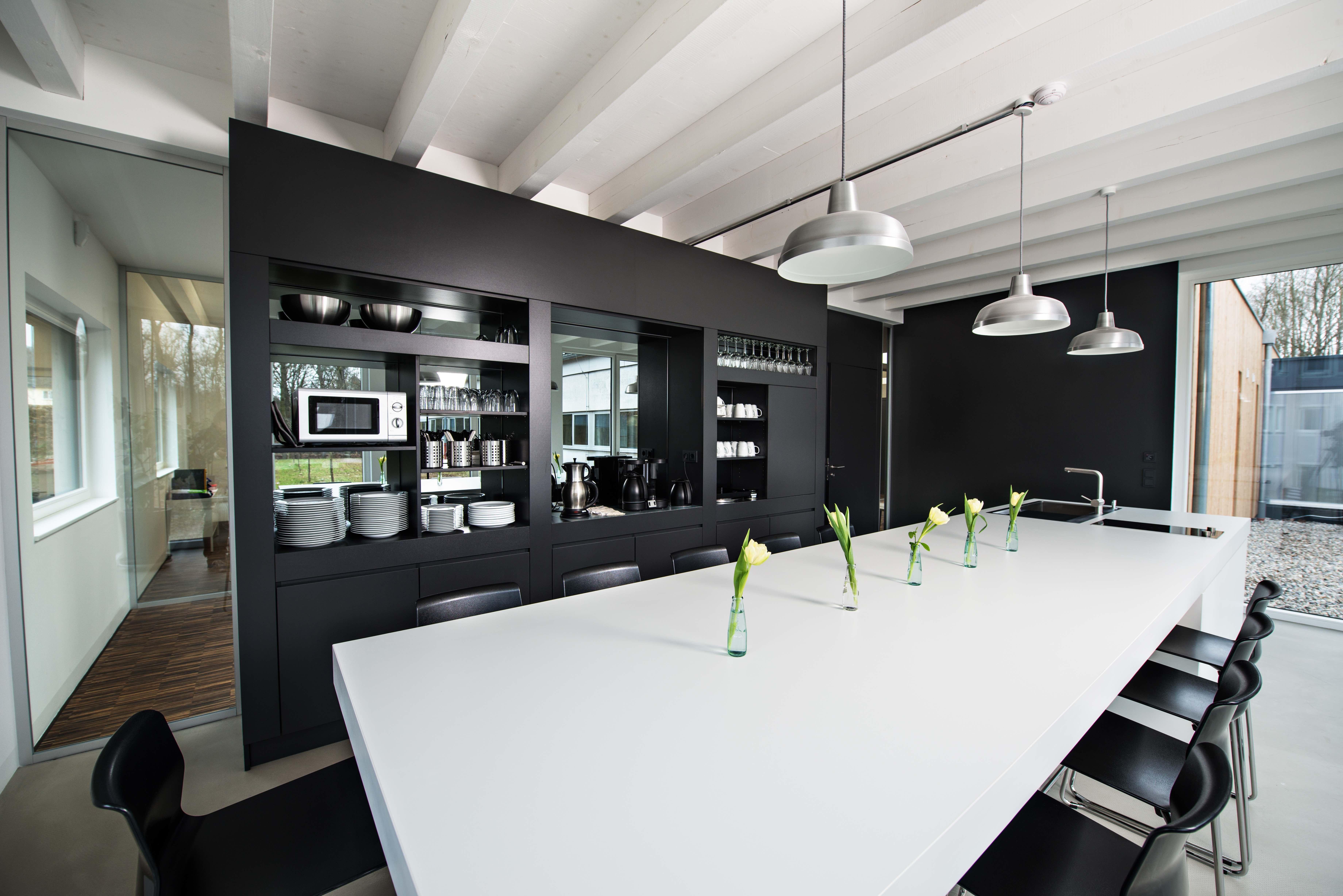 moderne b ro objekt einrichtung in schwarz wei. Black Bedroom Furniture Sets. Home Design Ideas