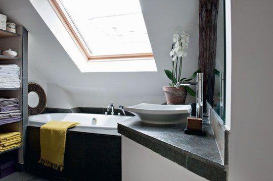 Baignoire sous pente recherche google salle de bains for Amenagement petite salle de bain sous comble