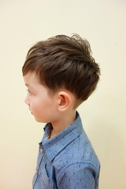 お耳の上からえり足の内側をバリカンで刈上げた ツーブロックスタイル 少し刈上げが見えるぐらいにトップもかるくしました こども専門の美容室 チョッキンズ 髪型 男の子 2歳 男の子 髪型 子供のヘアカット