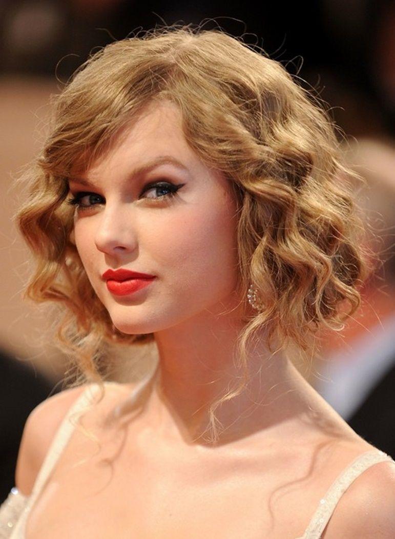 9 Taylor Swift Faux Bob – Chic Blonde Kurze Lockige Bob Frisur Mit