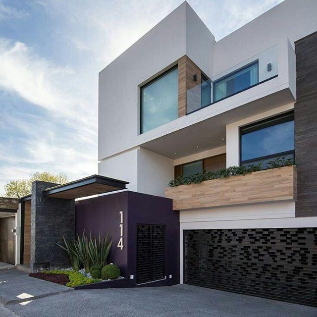 Suficiente Casa com fachada branca, madeira, portão preto e detalhe roxo  RS12