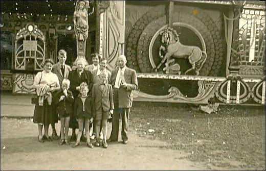 Een foto van het Carrouselpaleis, genomen in augustus 1956. Hoewel er van het complete paleis zoals we het heden ten dagen kennen nog niet echt sprake was, op deze foto is alleen het gebouw rondom de Stoomcarrousel te zien. De twee zijvleugels voor het Waterorgel en de Theaterzaal zaten nog niet in de planning, evenmin als het Diorama.  De panelen met paard (op de foto te zien) zijn bij de bouw van het totale Carrouselpaleis vervangen door grote schilderijen.  Foto: Chris van Keulen