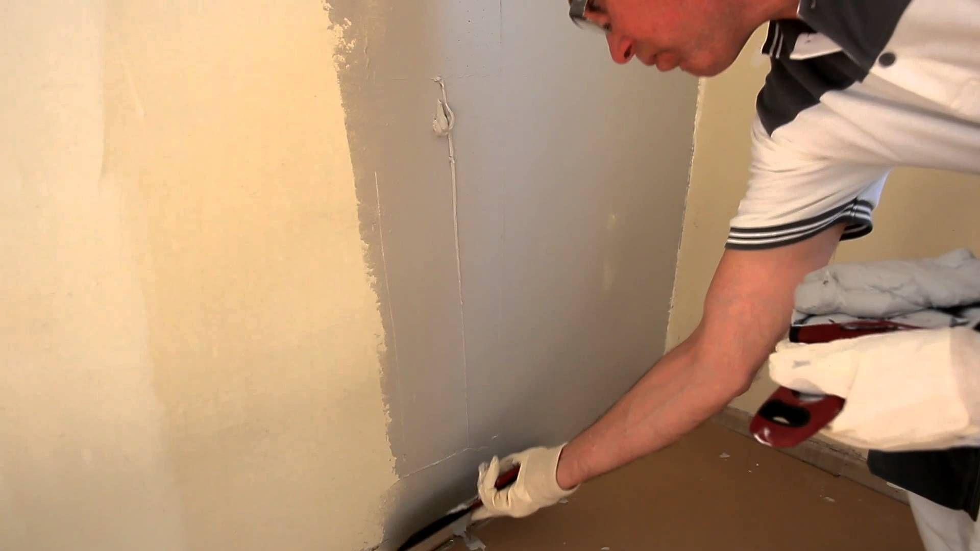 How to Fix Bubbled and Cracked Paint Before Painting Walls