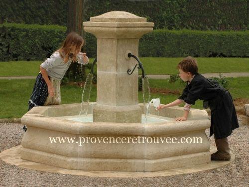 Fontaine centrale en pierre naturelle avec 2 becs en fer forgé ...