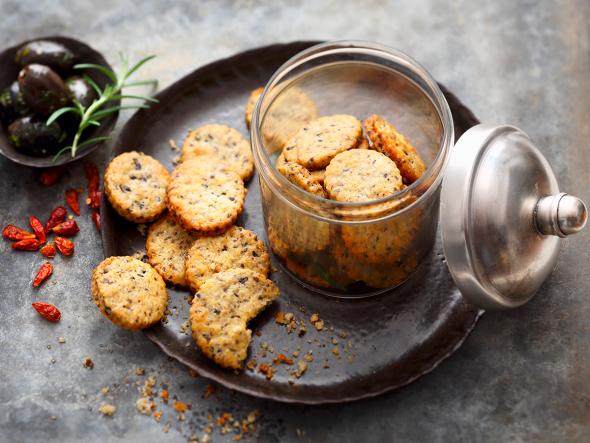 Oliven-Cracker mit Chili