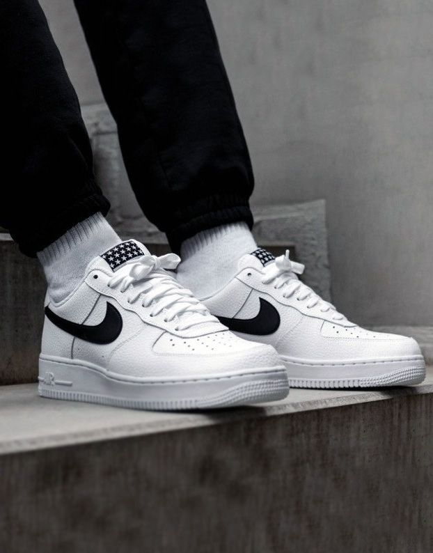 Tênis masculino Nike Air Force 1 com meias brancas   Nike air ...