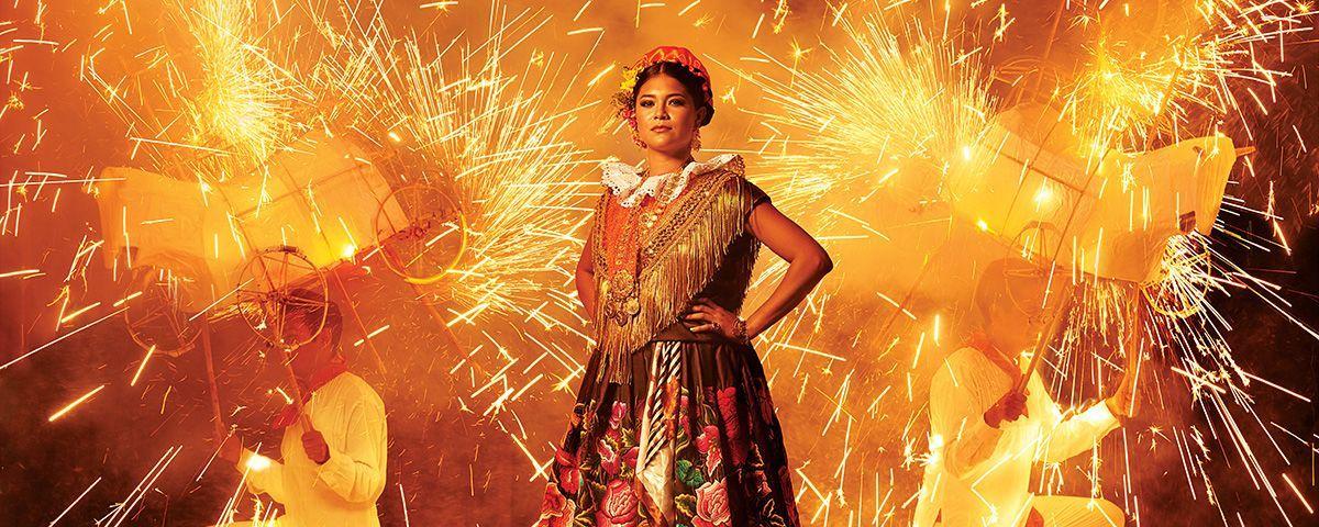 Foto-álbum: Magia y color de la Tehuana. El fotógrafo Diego Huerta se lanzó a tierras oaxaqueñas para capturar la riqueza y el color que distingue a las vestimentas tradicionales de estas mujeres en actitudes de su vida cotidiana.