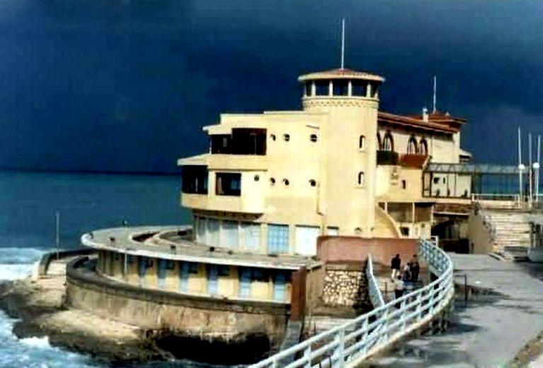 مطعم السرايا فى التسعينات أحد مطاعم سان جيوفانى ستانلى قبل بناء كوبرى ستانلى Ancient Alexandria Alexandria Egypt Cairo Egypt