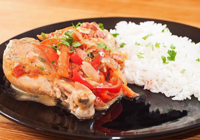 Esta receta de pollo al chilindrón es un plato tradicional de la cocina aragonesa hecho con una salsa a base de pimientos, tomates, ajos y jamón ¡Delicioso!