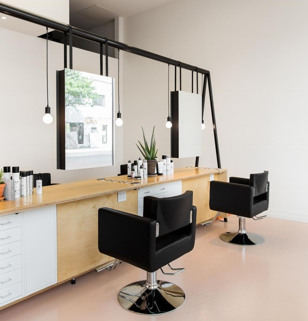 Un Sol En Beton Rose Pour Donner Un Look Moderne A Ce Salon De Coiffure Bet Bet Beton Coiffure D Salon Interior Design Hair Salon Interior Salon Decor