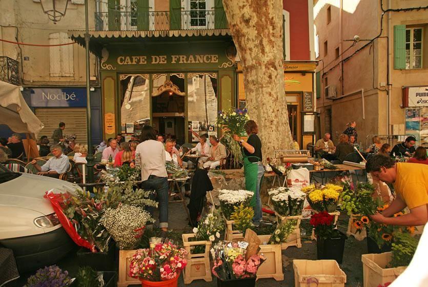 Visit L Isle Sur La Sorgue Capital Of Antique Dealers In Provence Avignon Et Provence Provence L Isle Sur La Sorgue France Travel