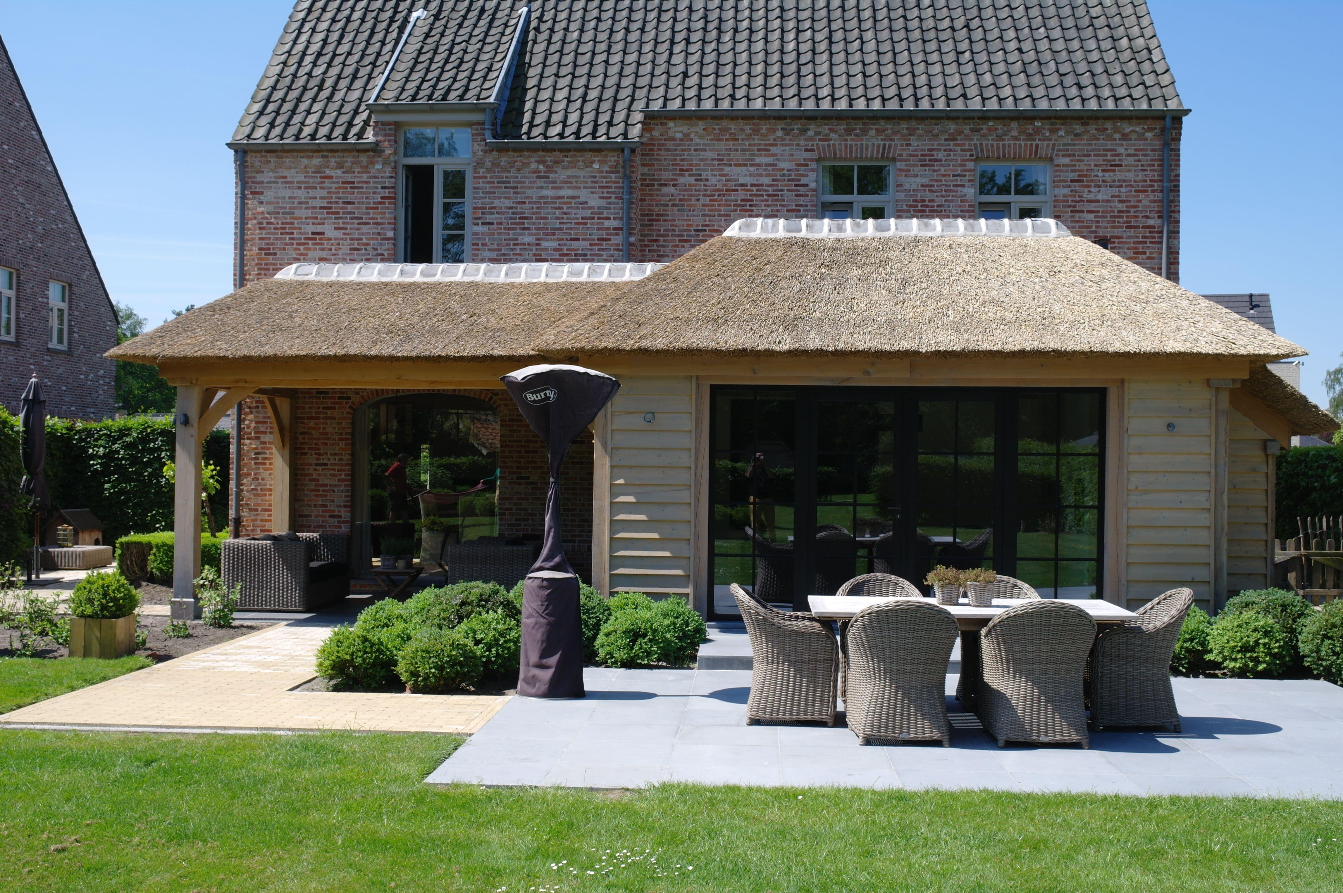 Eiken uitbreiding van de keuken met overdekt terras dak is deels in riet en deels plat - Uitbreiding veranda ...