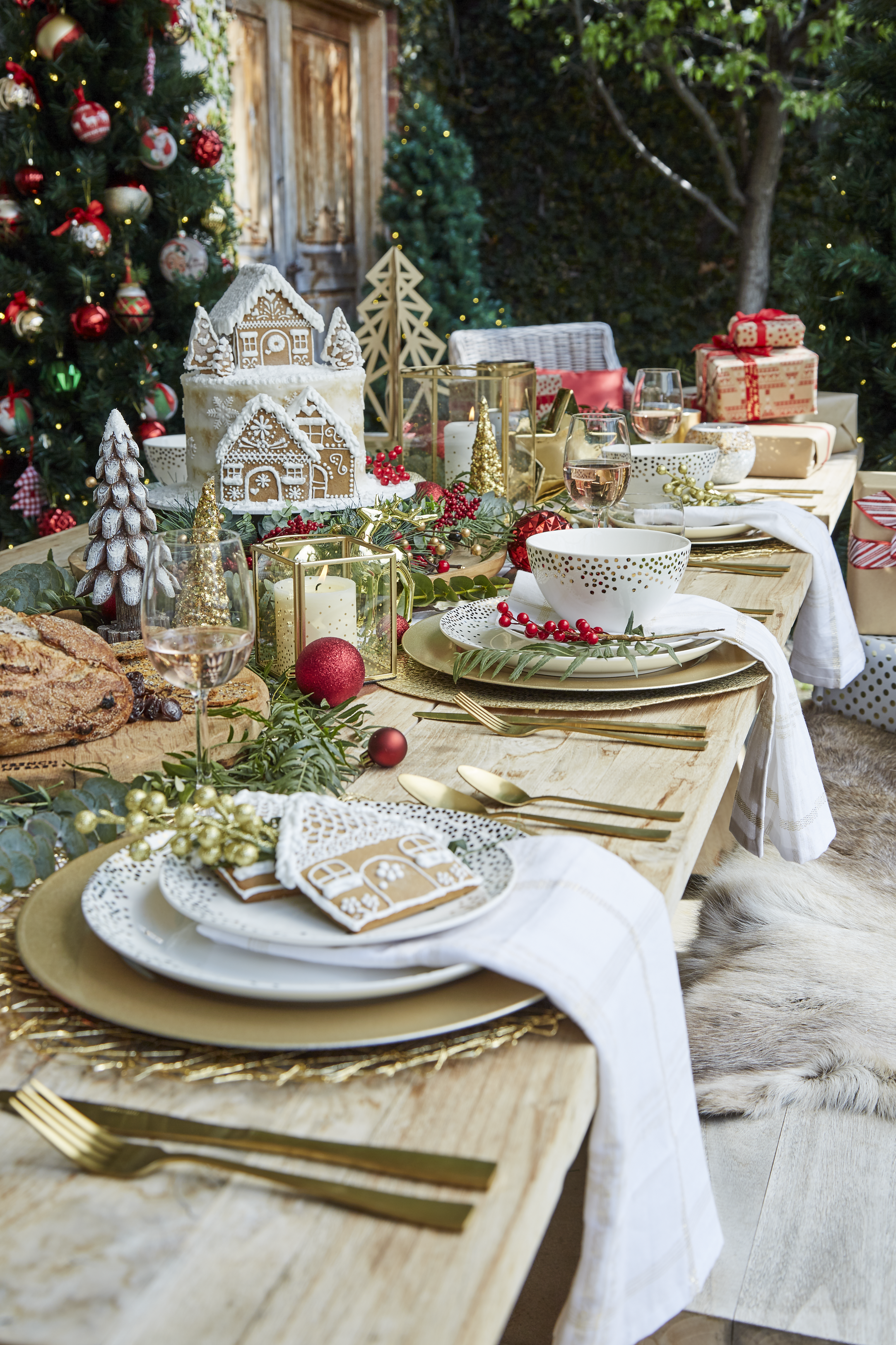 Mix Christmas Day With Summer Entertaining By Adding A Splash Of Gold To Your Wooden Tab Christmas Dining Table Holiday Dining Table Decor Holiday Dining Table