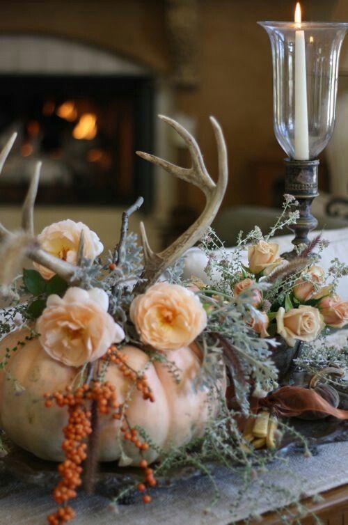 Herbstliche Tischdeko mit Kürbis, Rosen und Geweih in zartem Apricot #herbstlichetischdeko