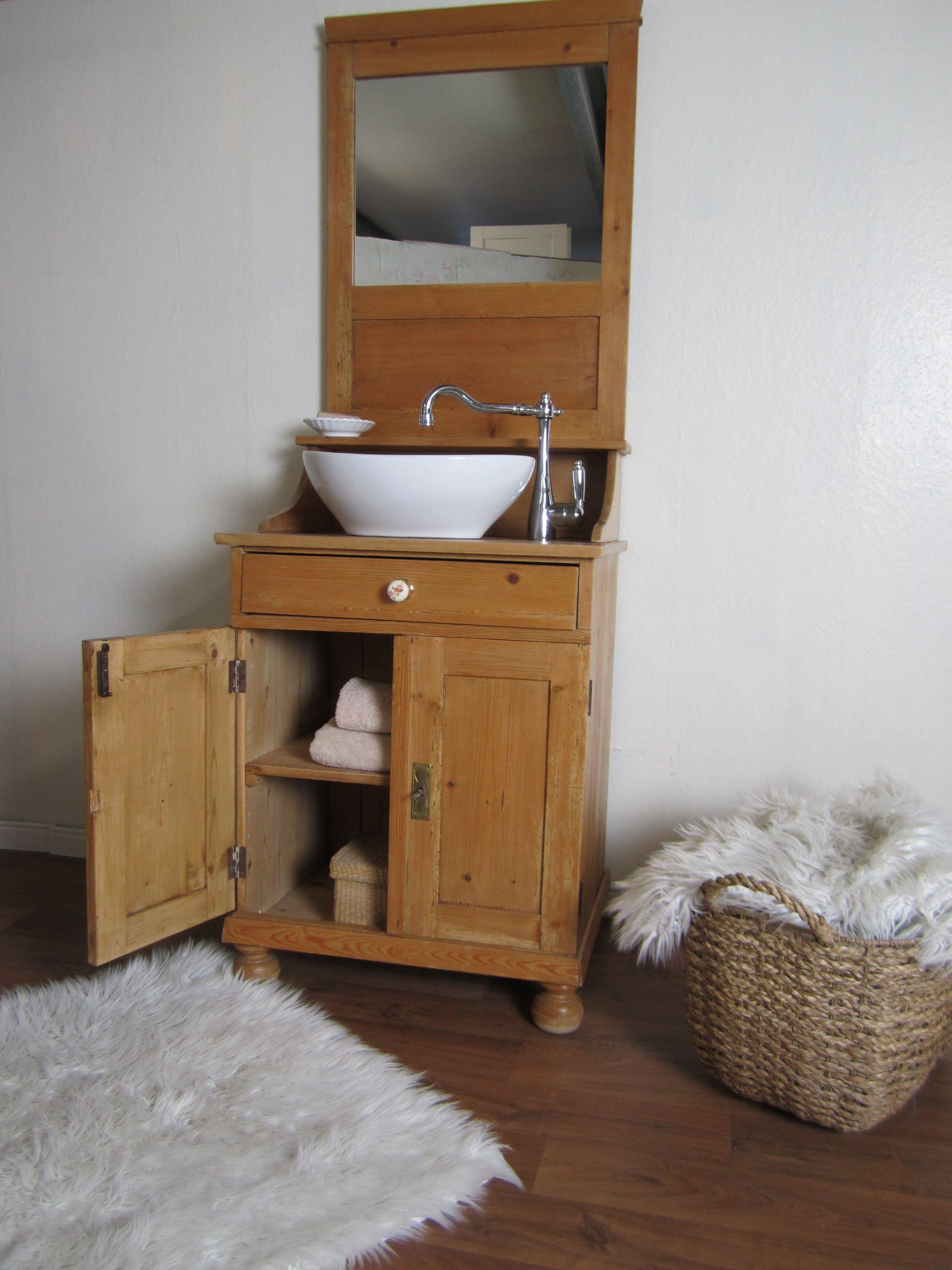 Ein Badmöbel antik im elganten Design versprüht Lis