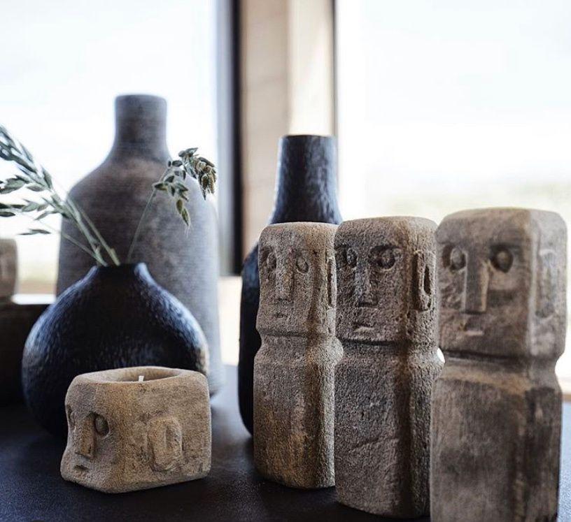 Brug skulptur hovederne som en dekoration for sig selv eller kombiner dem med dekorative objekter i forskellige størrelser og former.   #luxolivingdk #indretning #boligindretning #homedecor #myluxoliving #boliginspiration #indretningsinspiration #bolig #inspiration #nyheder #homeinspiration #muubsdesign