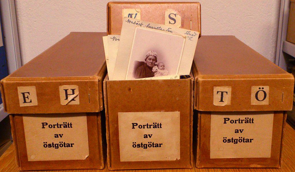 """""""Porträtt av östgötar"""" är en fantastisk samling av 1800-talsporträtt på mer bemärkta östgötar, ca 1500 fotografiska visitkort uppklistrade på papper med namnuppgifter.  A fantastic collection of 19th century portraits from the county of Östergötland, that includes ca. 1500 cartes de visite photographs."""