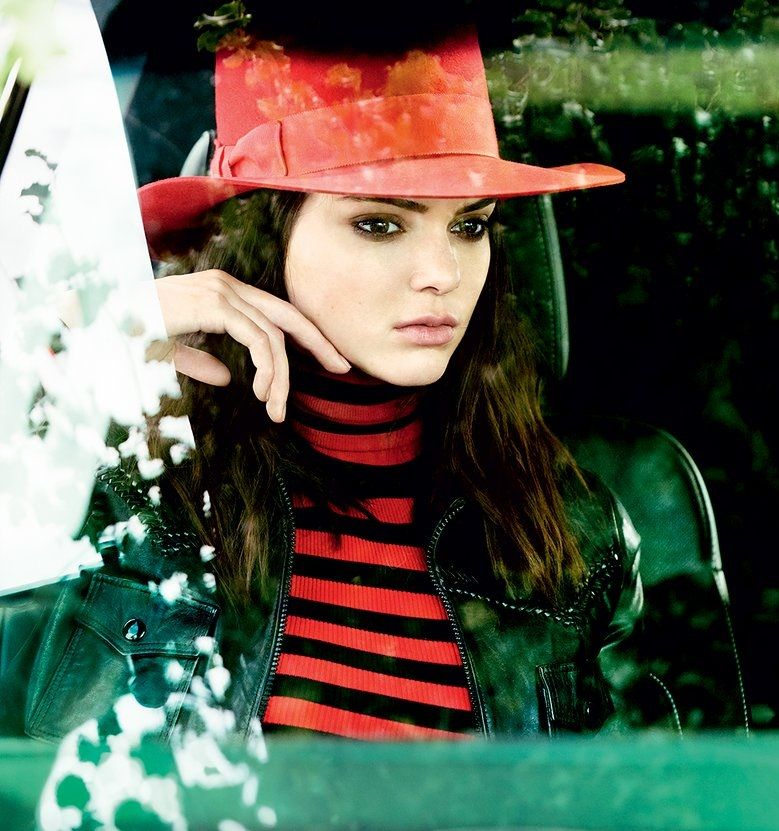 Kendall Jenner - Black leather jacket and wide-brim hat