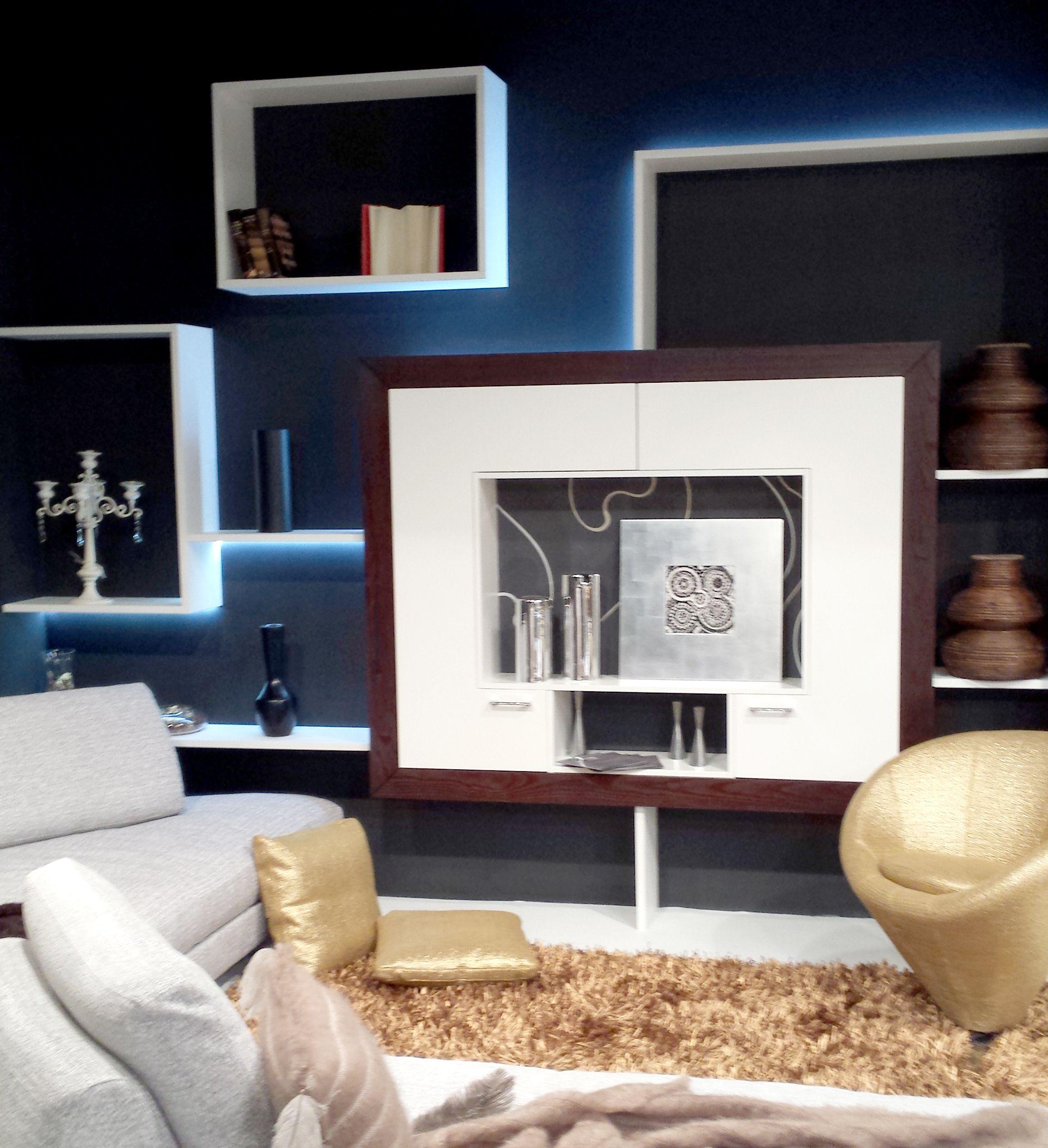 Foto stand particolare parete architettonica con illuminazione led e mobile tv MOD ART, allestimento poltrone, divani e oggetti arredo Cavalletto design casa