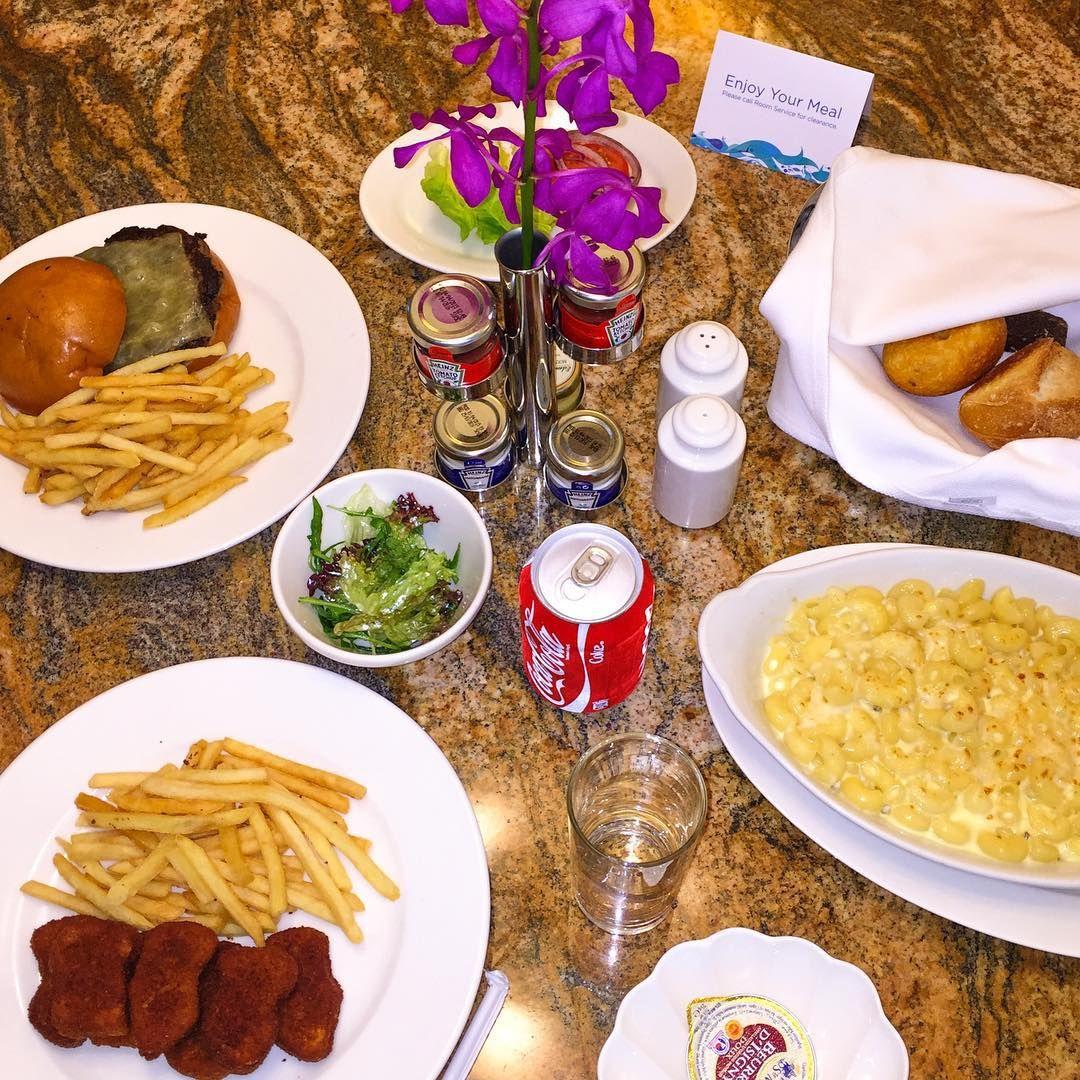 {Room service!}  3 crianças juntas, Sophia, Lucca, e eu, é obviooo que só comemos junk food o dia inteiro!  #minhanutrichora #minhabundatbm Hahahaha!