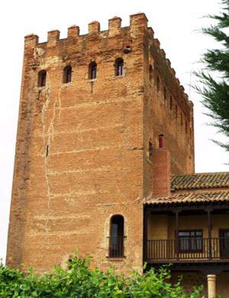 Castillo o Torre de el Tejado (Salamanca):Es de forma trapezoidal. Del castillo sólo quedan los restos de una torre.