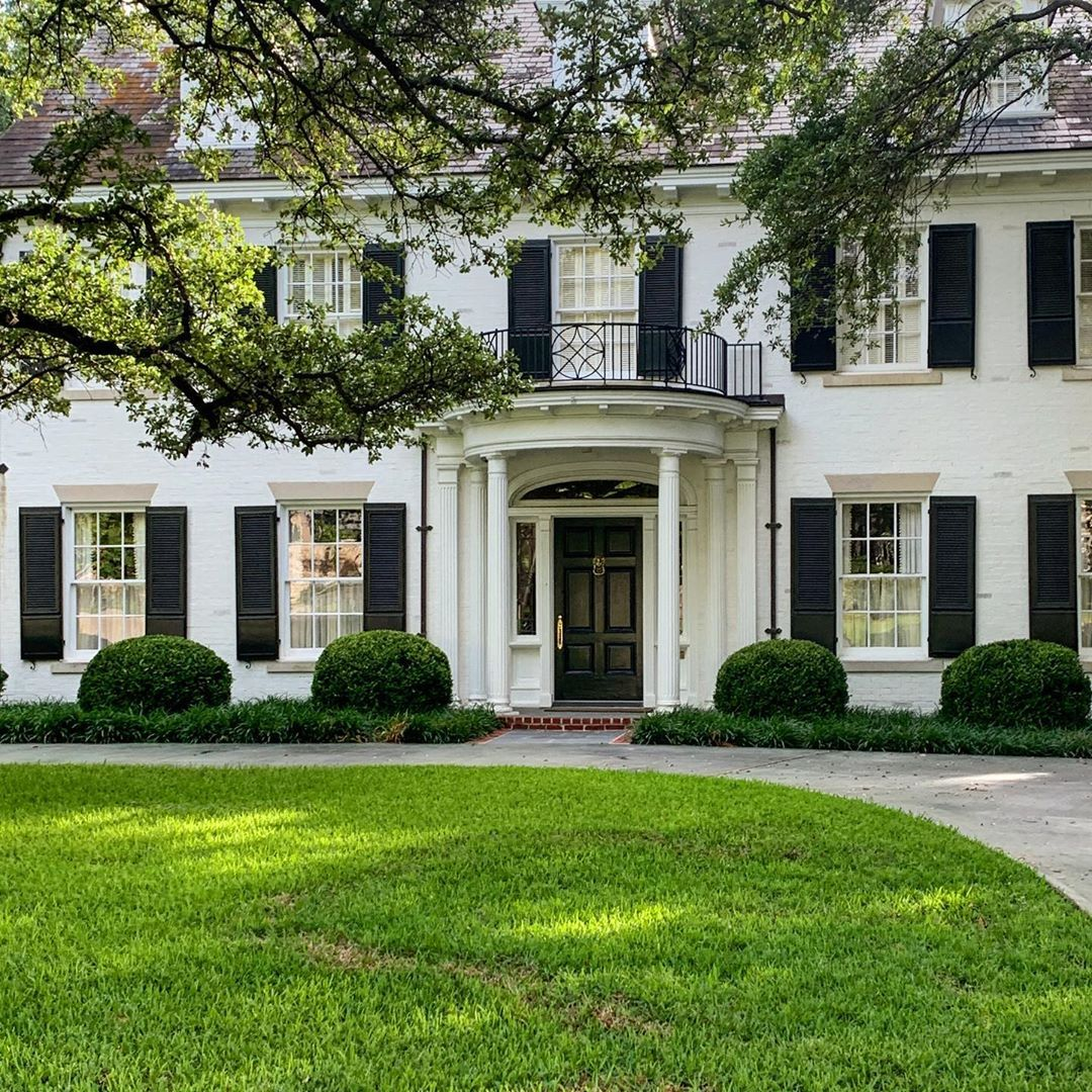 The Potted Boxwood On Instagram The Type Of House You Want To Grow Up In Chicindallas Curbappeal Architecture Lan Types Of Houses Southern Homes House